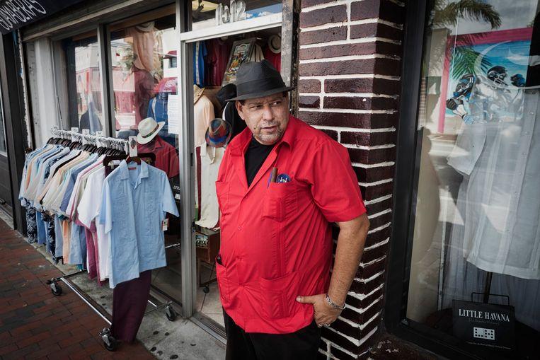Big Papa voor zijn winkel. Beeld Daniel Rosenthal / de Volkskrant