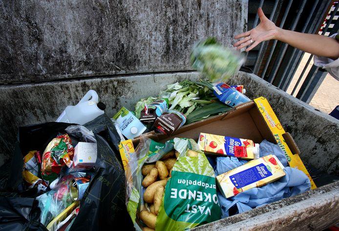 Er wordt in ons land onnodig veel voedsel weggegooid. Studenten van HBO's in Brabant gaan met bedrijven en instellingen op zoek naar oplossingen.