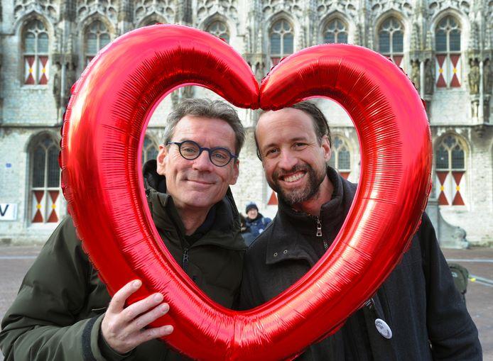 Koen Verhagen en Willem Engel op de Markt in Middelburg.