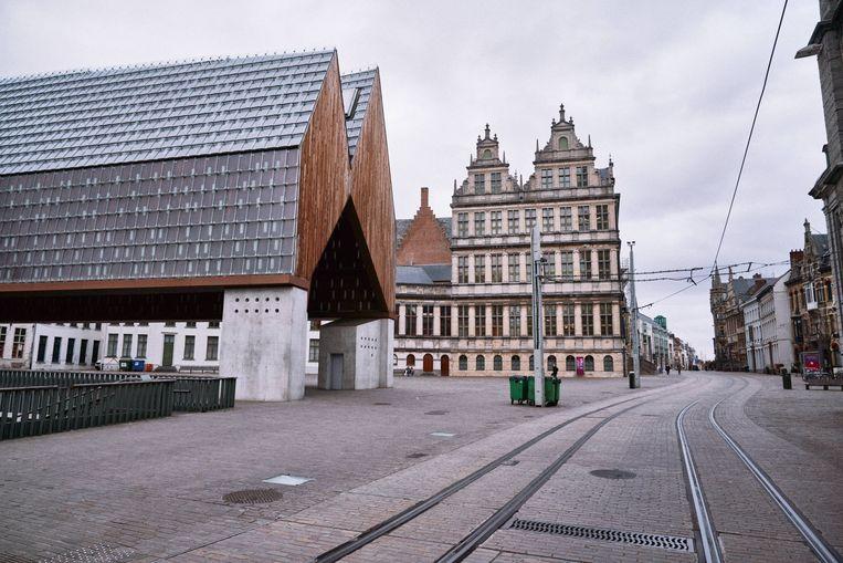 Door de lockdown lijken sommige steden op een spookstad. Aan de Stadshal in Gent is bijna niemand te bespeuren. Beeld Thomas Sweertvaegher