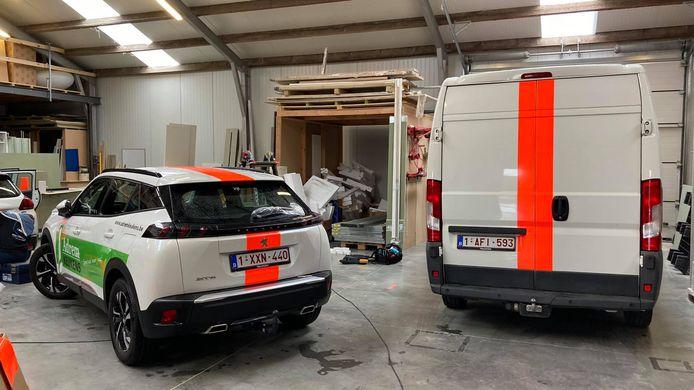 In de garage wordt er druk gewerkt.