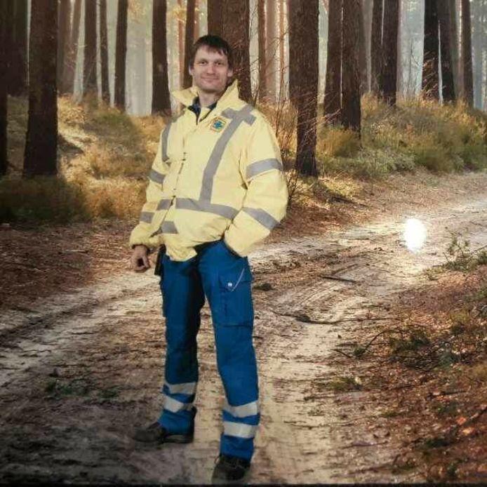 Ferdinand Stoeten (van Facebook) is eigen foto met de gewraakte hulpverlenersjas