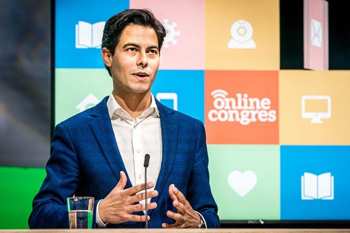 D66-fractieleider Rob Jetten praat tegen de D66-leden die thuis meekeken. D66 is de eerste partij die het partijcongres online organiseert. De bijeenkomst kan wegens het coronavirus niet in fysieke vorm doorgaan.