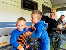 Snertweer, maar Toby (2) en Milan (5) vermaken zich prima op de camping