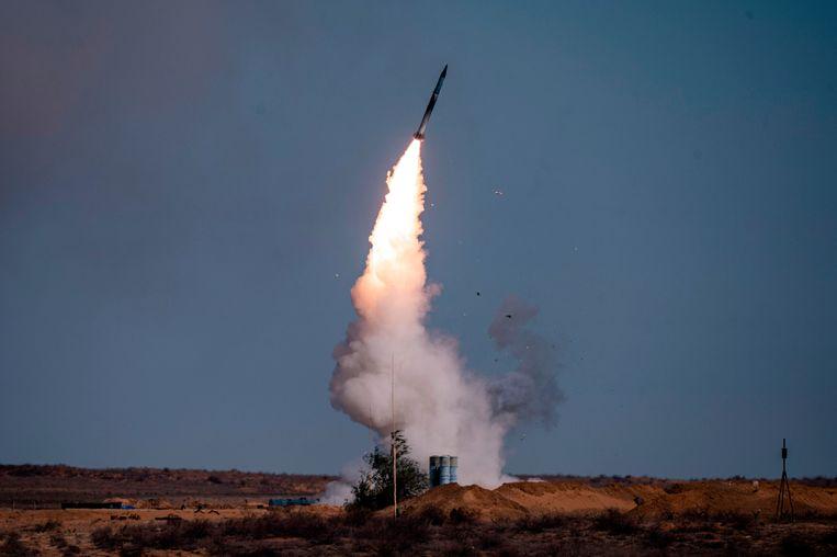 Een raket wordt afgevoerd vanaf een Russisch S-400 luchtafweersysteem.   Beeld AFP