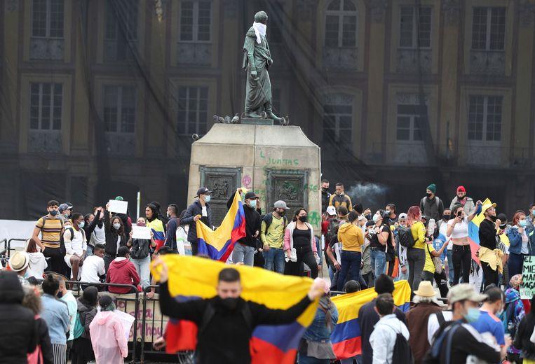 Colombianen vieren de koerswijziging van president Ivan Duque. Beeld AP