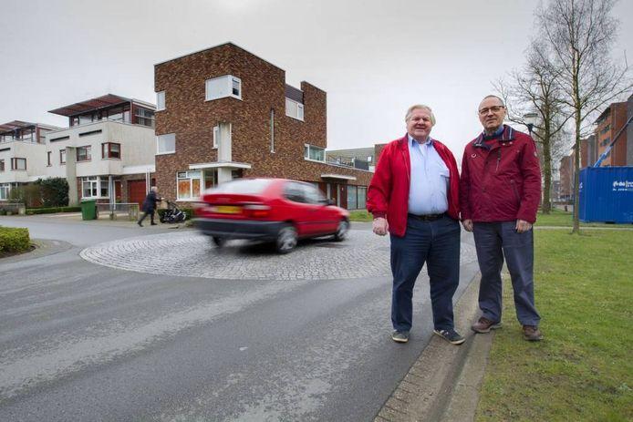 Tiny Timmermans en Henk Kamps (rechts) op de Grasbaan, bij een van de punaises.