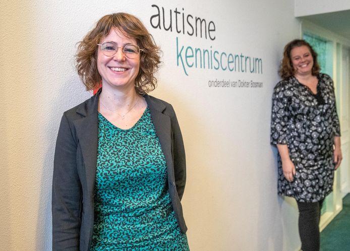 Behandelaar Cleo Woldberg (39) en manager Sara Kuis (46), van het nieuwe Autisme Kenniscentrum in Zwolle.