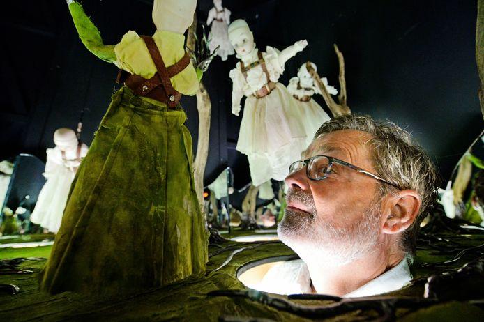 Rudolf Wibbelink is ineens onderdeel van de installatie Transformer 2.5, op kunstenfestival Heimland in Diepenheim.