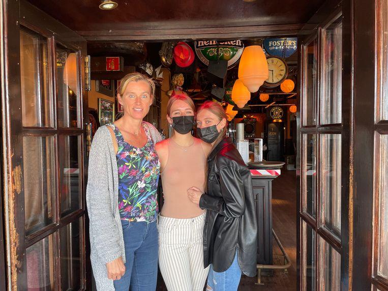 Sigrid Paas met haar dochters voor bar Bier Express in El Arenal. Beeld Alex Tieleman