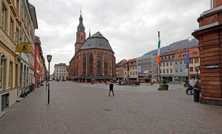 Het marktplein in de oude stad van Heidelberg in Duitsland oogt verlaten nadat de regering burgers opriep hun verantwoordelijkheid te nemen in de strijd tegen het coronavirus.    Beeld EPA