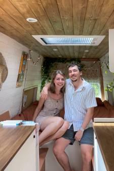 Een heel jaar kon Marjolein haar Australische geliefde niet zien, nu toeren ze in een zelfgebouwde camper