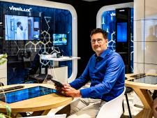 Tussen de klant en opticien Ewald (50) uit Raalte hangt nu een scherm van plexiglas