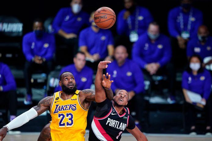 Los Angeles Lakers' LeBron James in duel met Portland Trail Blazers-guard CJ McCollum.