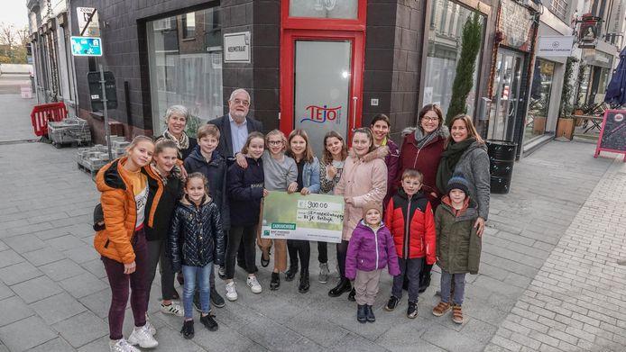 De leerlingen trokken naar Tejo in Kortrijk om er de cheque te overhandigen.