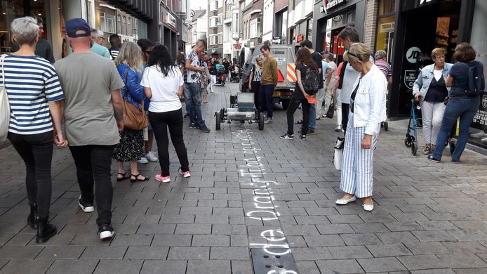 De zandschrijfmachine Skryf van kunstenaar Gijs van Bon schrijft een gedicht door de hele Heuvelstraat.