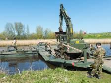 Rubberboten en pontons op de Waal: landmacht oefent op het water
