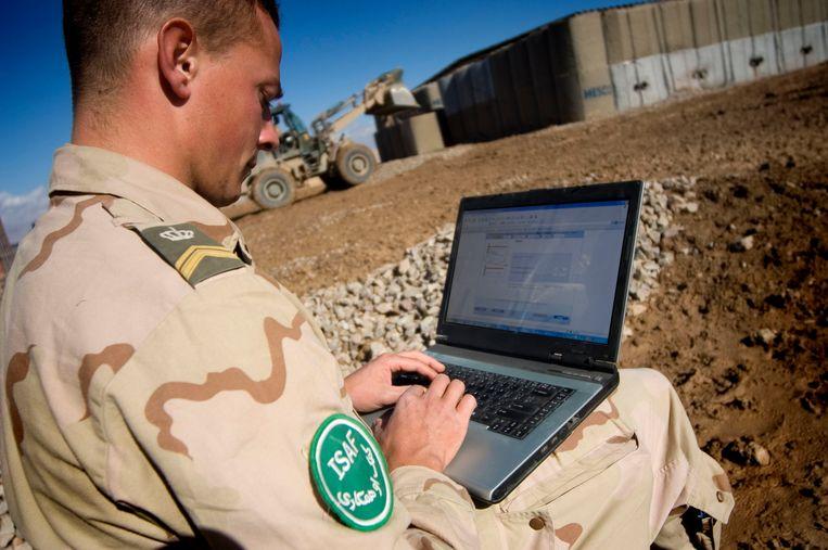 Een Nederlandse militair stemt in Afghanistan. Beeld Hollandse Hoogte /  ANP
