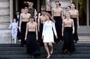 Samen met de balletdansers komt Elisabeth naar buiten voor een groepsfoto. Ze koos een witte jurk van Natan, omdat die kleur zichtbaar is, maar vooral omdat ze zich er goed in voelde.