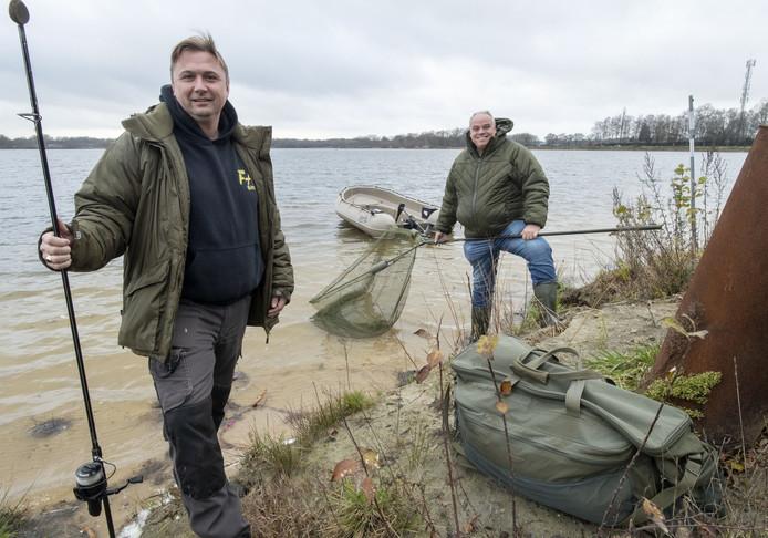 Initiatiefnemer Bart de Vries (rechts) en Maykel van Beek van Fishing Adventure bij de plassen van zandafgraving Rutbekerveld.