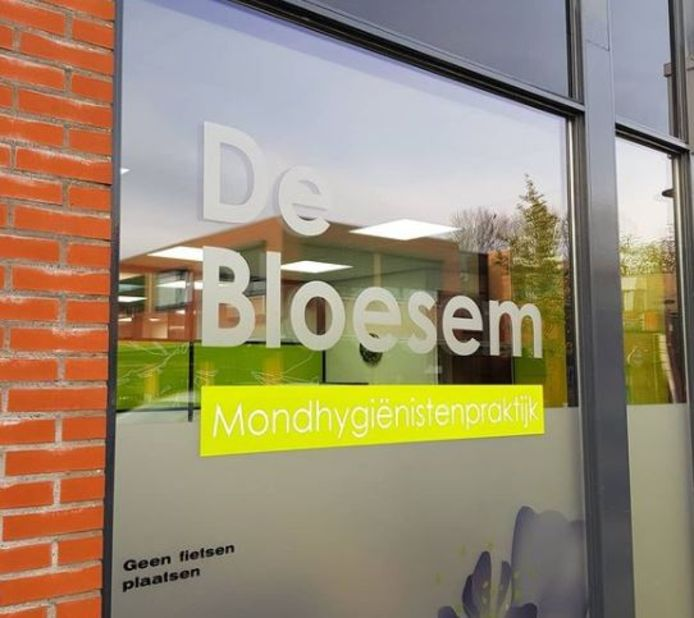 Al dertien jaar staat bij deze praktijk 'De Bloesem' op de etalage en de gevel. De gemeente Kapelle wil het nieuwe sportcentrum ook De Bloesem noemen.