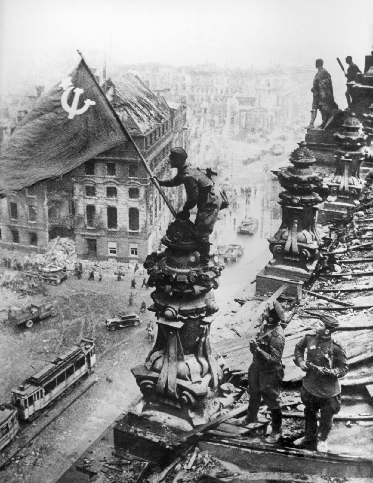 De Sovjetvlag is geplant op het gebouw van de Rijksdag; Hitler is verslagen