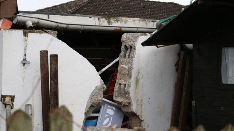 De woning raakte zwaar beschadigd, de brokkenpiloot zelf moest met lichte verwondingen naar het ziekenhuis.