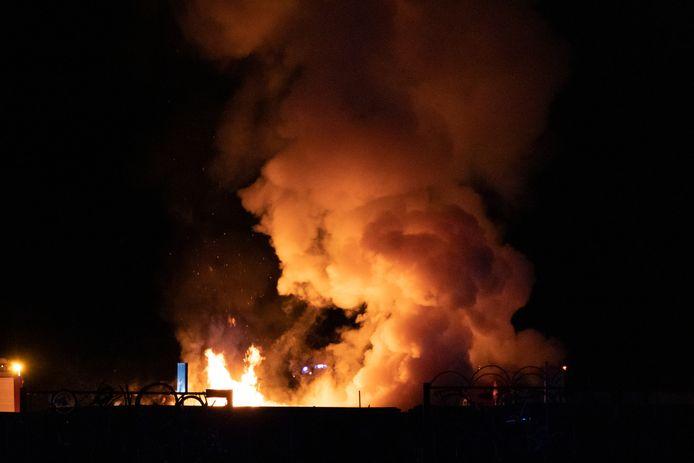 De brand in de afvalcontainer zorgde voor metershoge vlammen.