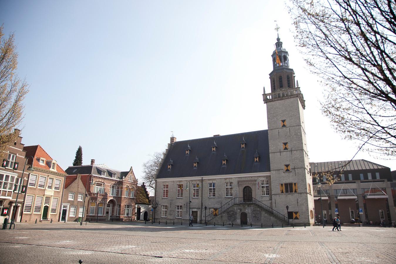 Stadhuis van Hulst met rechts het kantoordeel uit 1993 waarop zonnepanelen komen in het kader van energiebesparing.