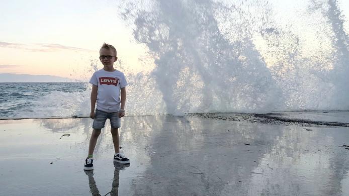 Dani Roomer is een kleine held. Hij trotseert in het Turkse Kusadaside golven die achter hem opduiken door de harde wind.