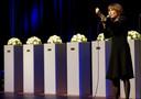 Zangeres Liesbeth List (inmiddels overleden) zingt op 20 april 2011 bij de herdenking van het schietdrama in Alphen. Haar nummer 'Heb het leven lief' maakt bij oud-wethouder Du Chatinier nog altijd veel emoties los, net als 'I Still Cry van Ilse DeLange' en 'De Omgekeerde Tijd' van Stef Bos.