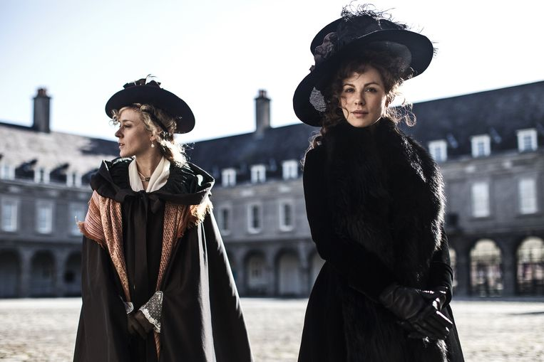 Kate Beckinsale (r) en Chloë Sevigny in Love & Friendship. Beeld Churchill Produtions Limited