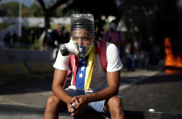 A demonstrator uses a mask during rally against Venezuela's President Nicolas Maduro in Caracas, Venezuela April 24, 2017. REUTERS/Marco Bello Beeld afp