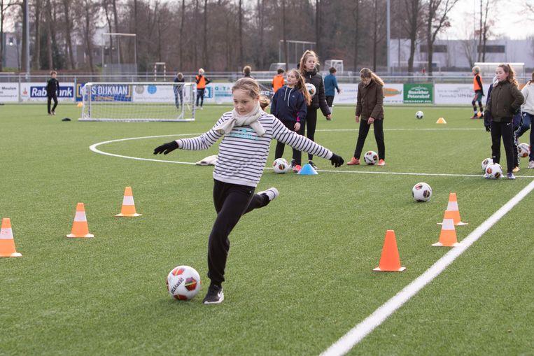 De turnsters van Vita 2000 uit Baarn trainen de hele winter al in de buitenlucht. Hier krijgen ze voetbaltraining. Beeld Caspar Huurdeman