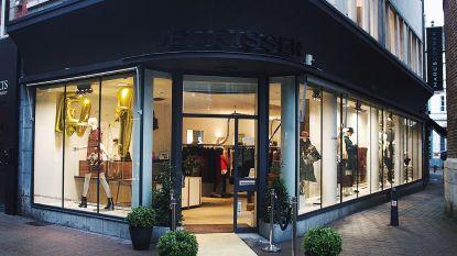 """Modezaak Couture Jeurissen sluit na 80 jaar de deuren: """"We gaan die blije gezichten van de klanten echt missen"""""""