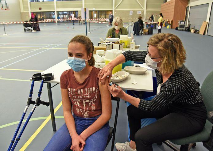 Esther van de Vijver geeft de Terneuzense Sophie Pijpelink (13) haar meningokokkenprik.