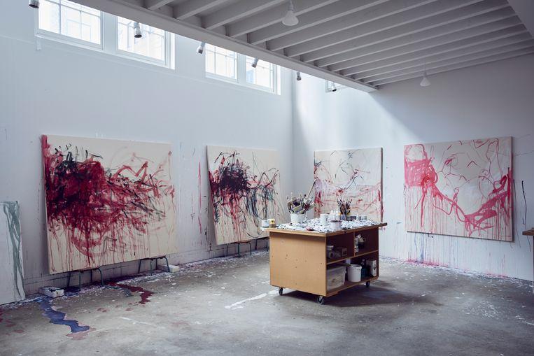 Het atelier van Tracey Emin: 'Dat niemand naar je tentoonstellingen kan komen kijken, is zó stom dat het grappig wordt.' Beeld Alun Callender