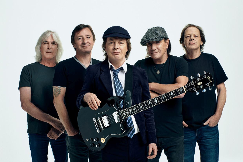 AC/DC in 2020. De Australische rockiconen zijn oud, maar er zit nog leven in. Met links bassist Cliff Williams en Angus Young in het midden. Beeld RV
