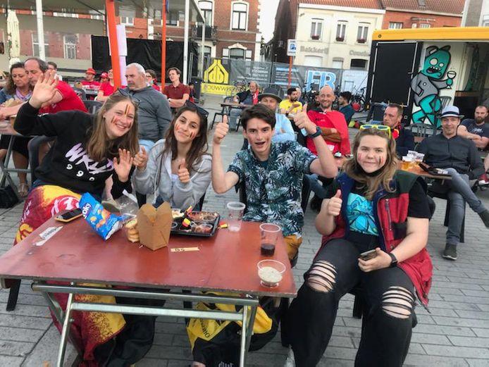 Dit groepje heeft er zin in op het Marktplein van Oedelem bij Brugge.