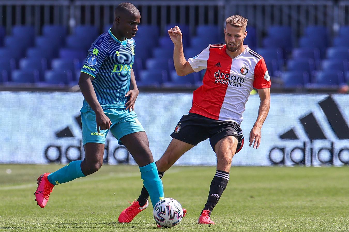Bart Nieuwkoop namens Feyenoord in duel met Spartaan Lassana Faye.