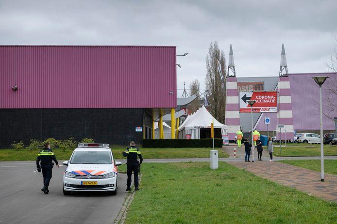 Beveiligers belden de politie, nadat een nieuwsfotograaf foto's had gemaakt van de parkeerplaats en de ingang van de vaccinatielocatie.
