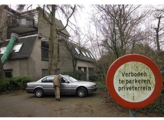 In 2007 werd in en bij de woning van Swane een openbare executieverkoop gehouden van zijn spullen. Een bezoeker kijkt in de BMW van Swane.