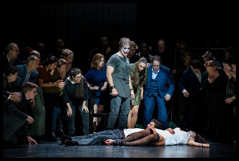 Slotbeeld van 'Pagliacci' met Canio (Brandon Jovanovich) die net Nedda (Ailyn Pérez) en Silvio (Mattia Olivieri) heeft neergestoken. Beeld Baus