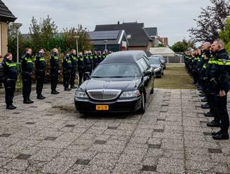 Tientallen agenten bewijzen overleden jeugdagent Hardenberg laatste eer: 'Hij was niet de 'bad cop'
