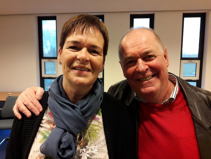Mireille Louwerens en partijoprichter Peet van Meel omarmen elkaar nadat bekend werd dat eerstgenoemde met voorkeursstemmen was gekozen. Nu volgt er alsnog een breuk.