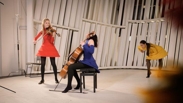 'Improvisatie Wandelconcert', door muzikanten Maya Friedman en Merel Vercammen, met dans van Sofiko Nachkebiya. Beeld
