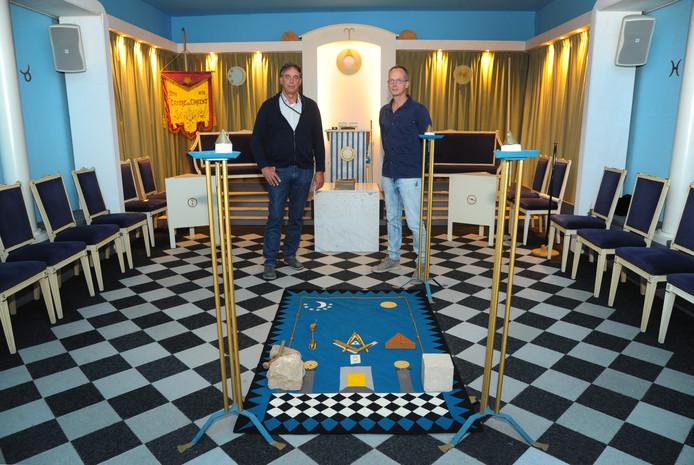 Danker Rijk (links) en voorzittend meester Jeroen van der Ham in de werkplaats van de Vlissingse loge.