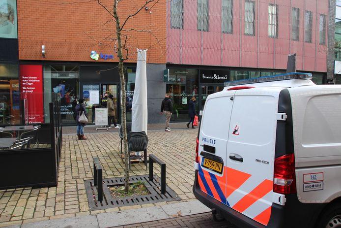 Politie bij de KPN-winkel in Lelystad die vanochtend is overvallen.