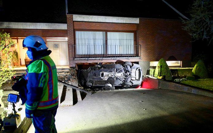 De BMW 318 sloeg te pletter tegen de garagepoort van een alleenstaande woning op het kruispunt van de Wingensesteenweg met de Burgemeester A. Guilbertlaan in Tielt. De schade was groot.