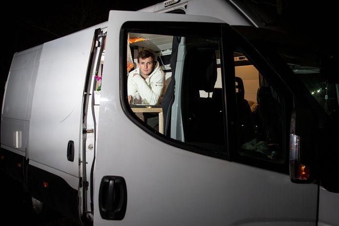 Agent Thijs Roseboom in de bus waaruit onder meer zijn gitaar werd gestolen.